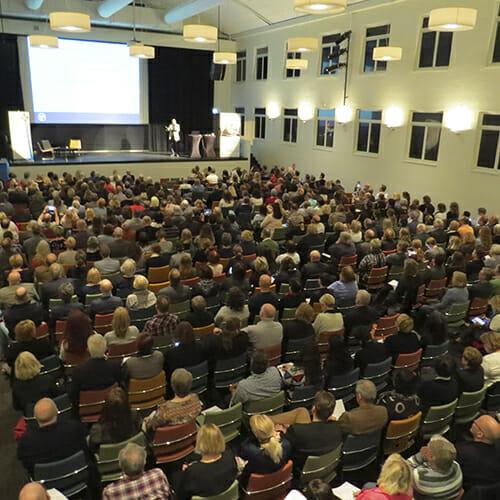 Fullsatt samlingssal med cirka 450 konferensdeltagare.