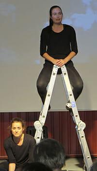 Hanna Jokela och Marielle Gröndahl i teatergruppen Kaos1.