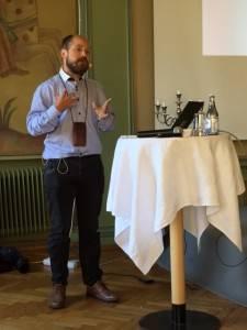 Anders Moberg gav handfasta råd om hur man bemöter människor med neuropsykisk funktionsnedsättning.