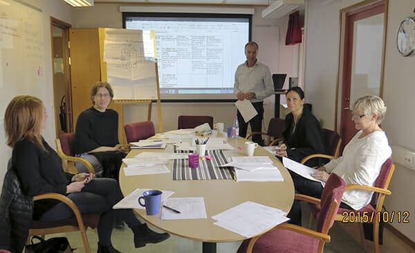 Teammedarbetarna Ida, Frida, Sandra och Lena får handledning av Paul Sundin (på bilden saknas Daniel Modigh).